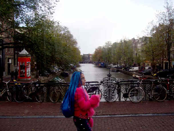 Amsterdam-blue-pink-woman