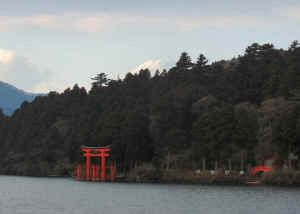 Fuji-Hakone-shrine.jpg (30908 bytes)